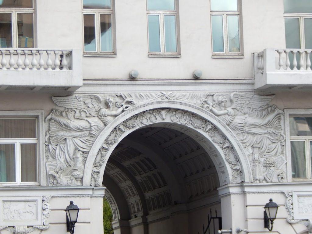 Самый узкий двор-колодец в Москве